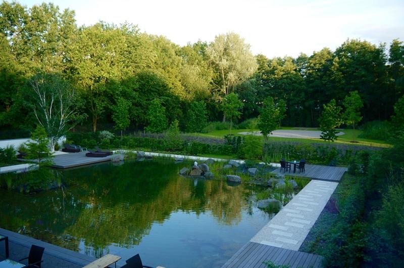 Blick auf den Badeteich und Garten im ESSENSIO in Erkrath bei Düsseldorf
